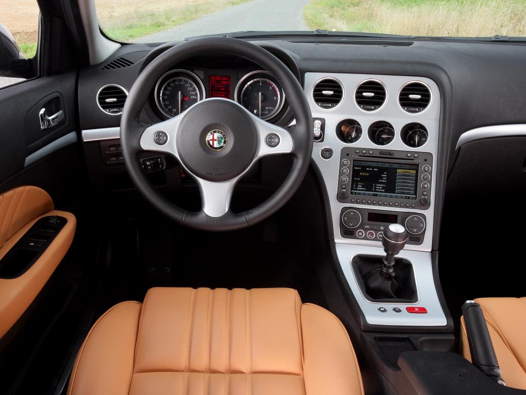 Välritat, välbyggt och Alfa-tydligt inne i eleganta Alfa 159. Och som vanligt i Alfa ursnygga säten!