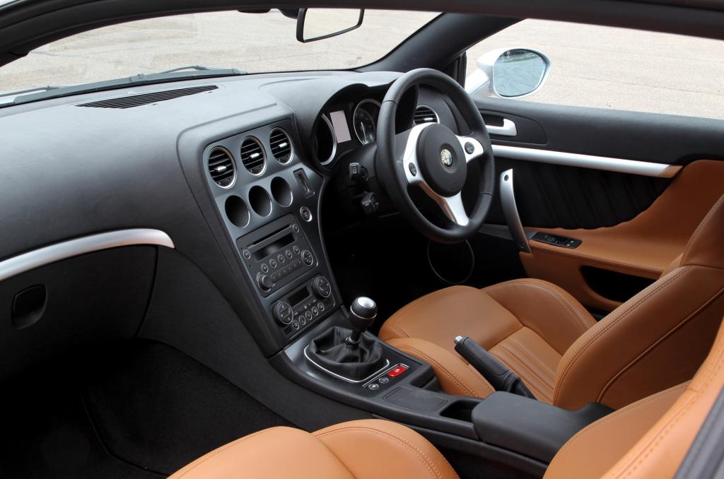 Instrumenteringen från familjebilen 159 passar GT-vagnen Brera som handen i handsken. Sportigt och intimt!