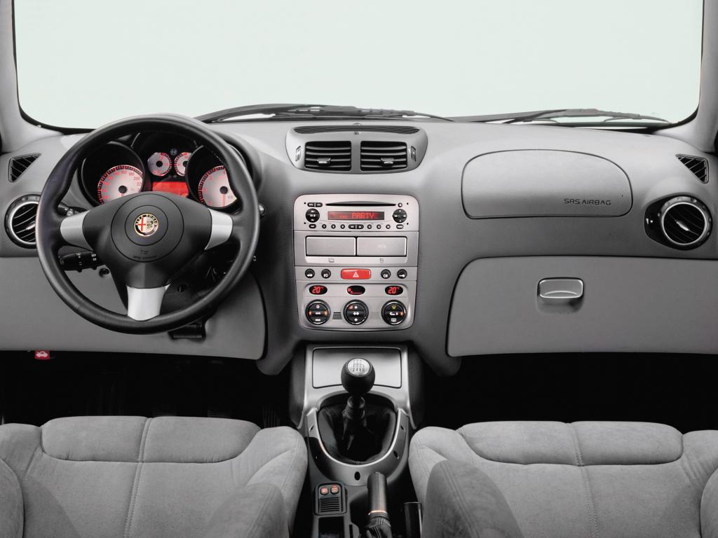 Instrumenteringen i GT hämtades från den mindre Alfa 147. Inget fel i det egentligen för här bjuds fortfarande mycket Alfa-känsla.