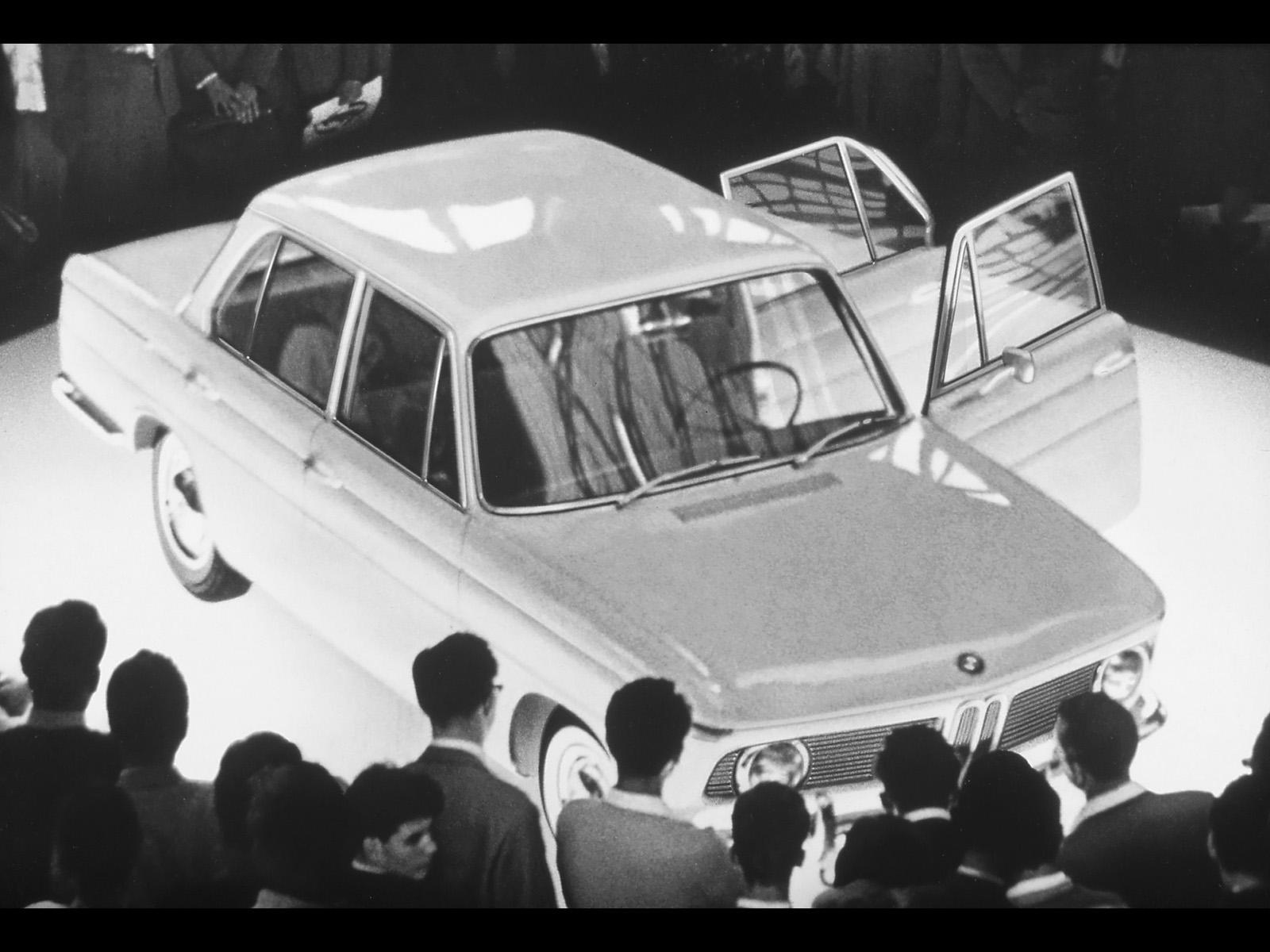 BMW 1500 presenteras på Frankfurts bilsalong hösten 1961.