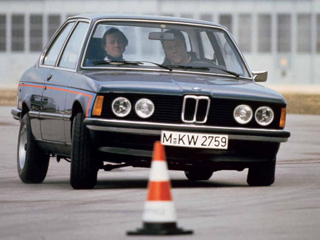 Fyra runda lyktor fram på BMW 320 och 323, medan de billigare varianterna erbjöd endast två.
