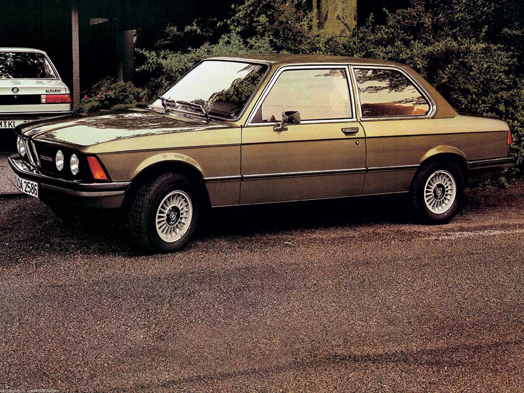I förgrunden den snabba, tuffa BMW 323i, en bil som de flesta fartglada suktade efter när det begav sig.