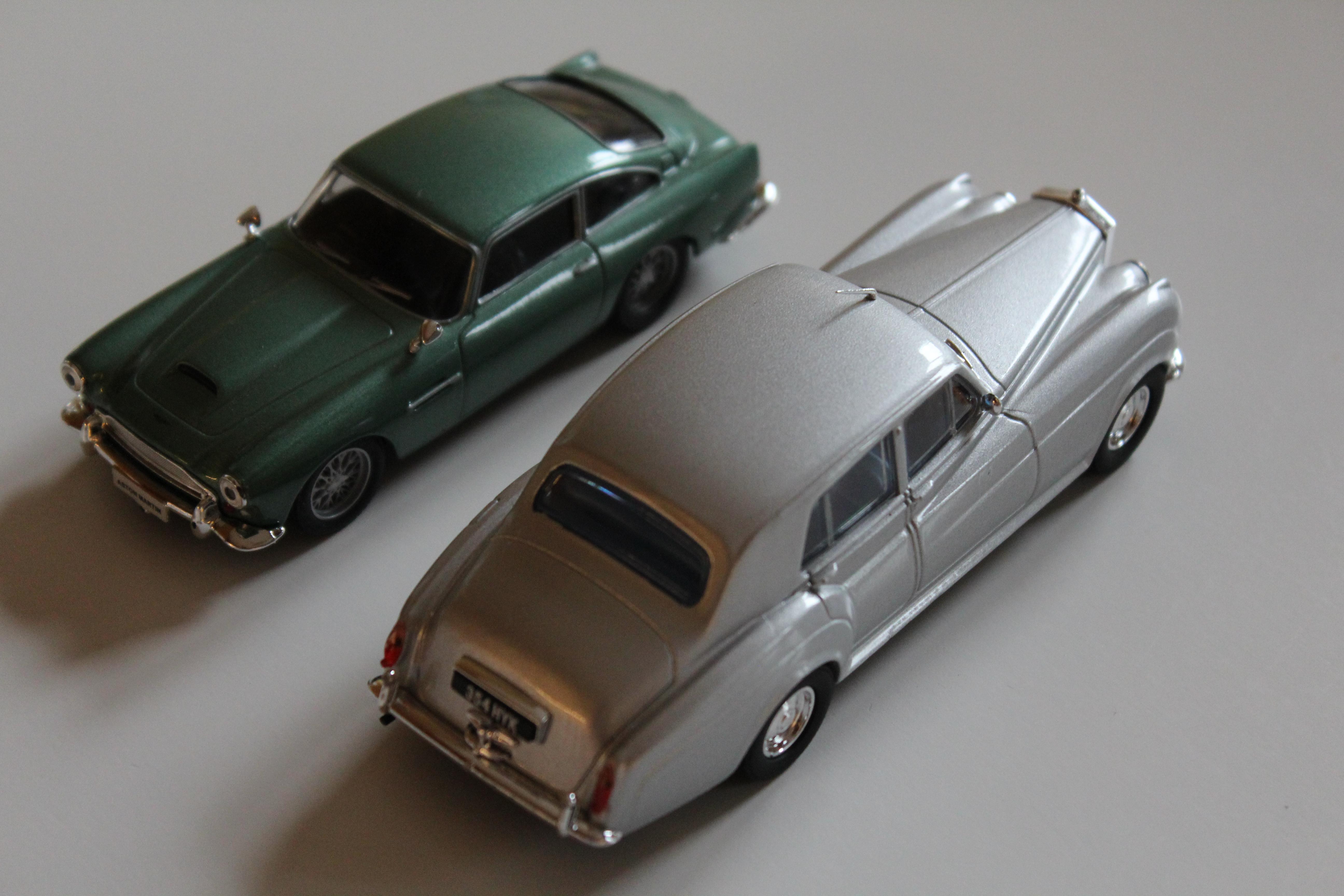 Silver Cloud II med sin samtida brittiska broder, den undersköna sportvagnen Aston Martin DB4.