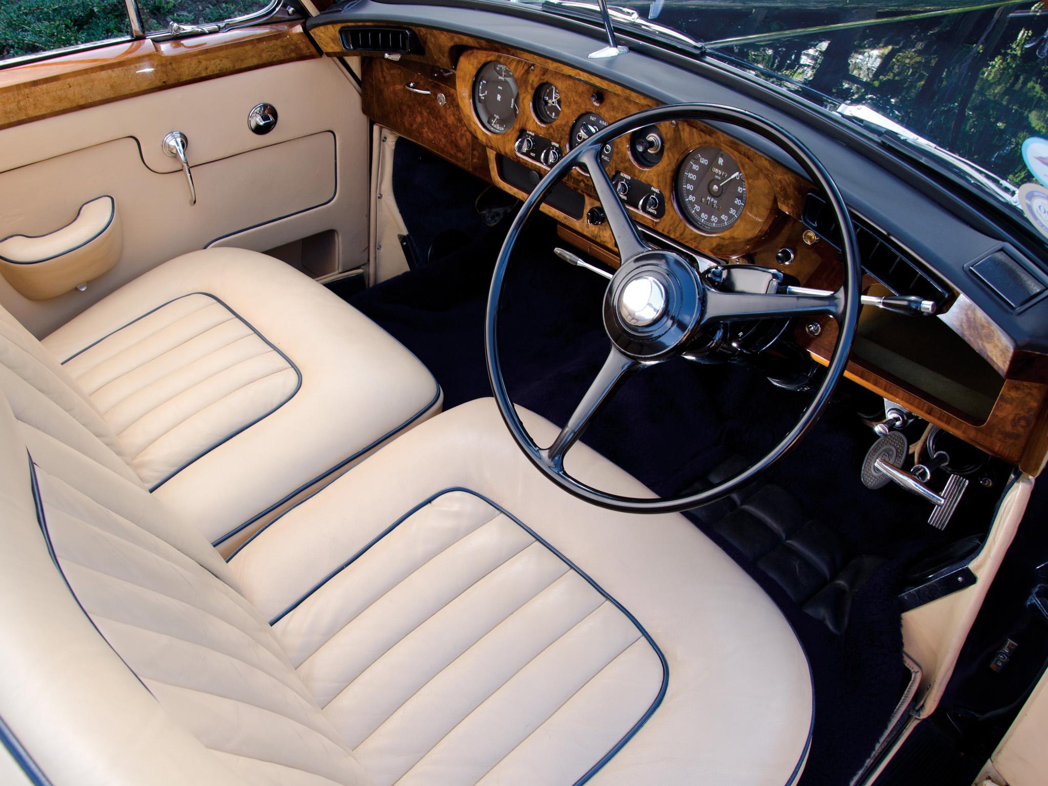 En av de stora behållningarna med Rolls Royce och Bentley är de traditionella, påkostade och överdådiga interiörerna. Här en tidig Silver Cloud från mitten av 50-talet. De förnyades kontinuerligt under åren men behöll samma stil under decennier.