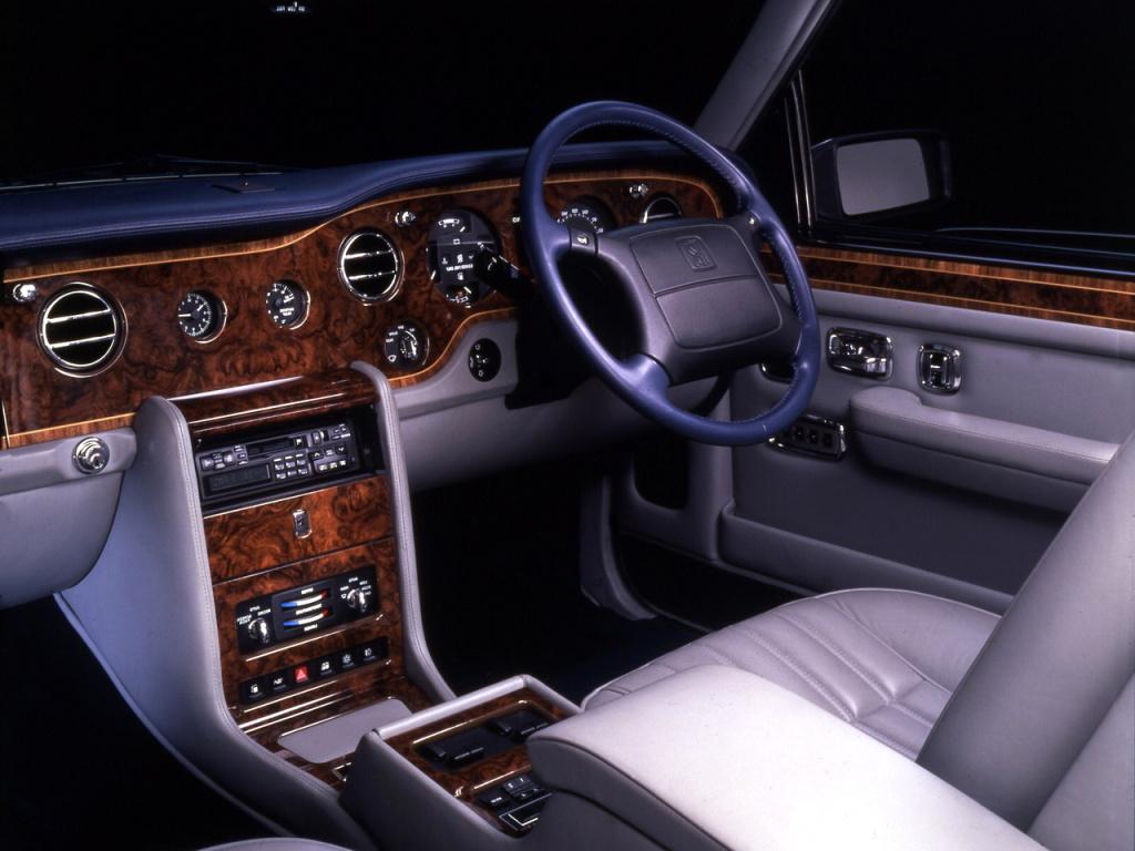 Rolls Silver Spirit-generationens allra sista utförande, här den lyxigare Silver Spur. Kulmen av det klassiska, brittiska Rolls Royce. Därefter fylldes bilarna med BMW-knappar och mer elektronik.