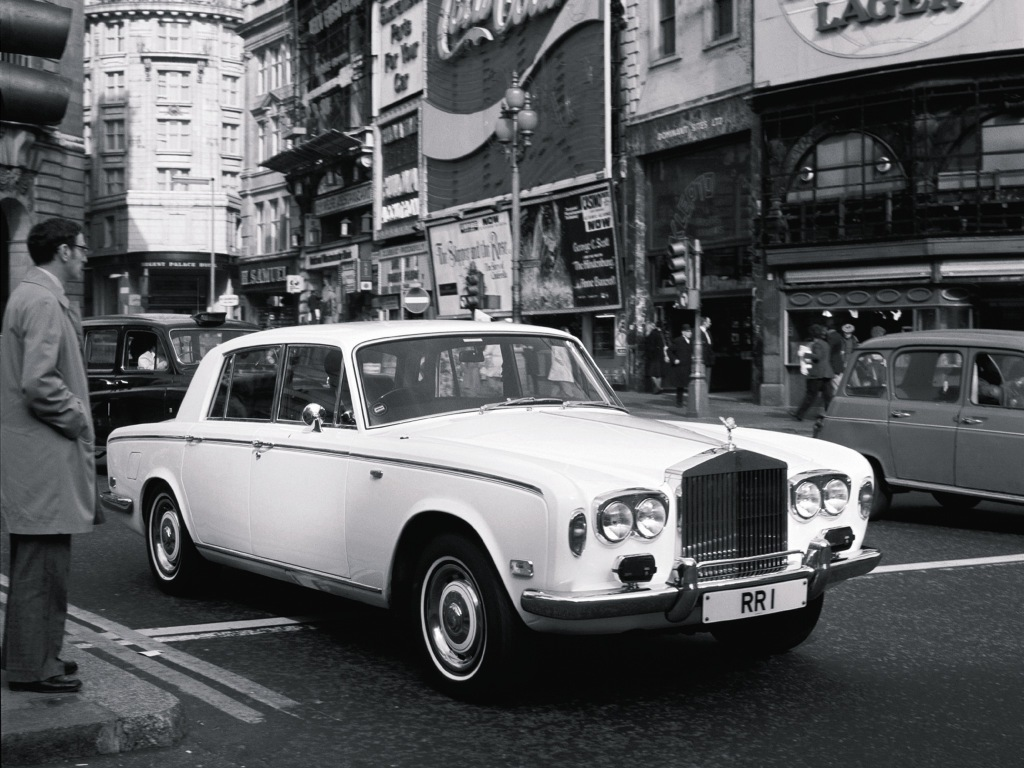Rolls Royce Silver Shadow visades 1965, en revolution med Rolls-mått mätt. Men samma stora, traditionella V8 som tidigare.