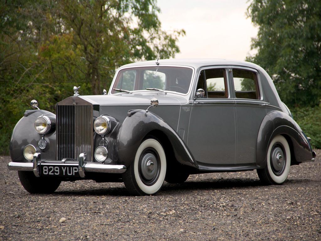 Rolls Royce Silver Dawn från 1949. Den första efterkrigs-Rollsen och en revolution genom sin massproducerade standardkaross.