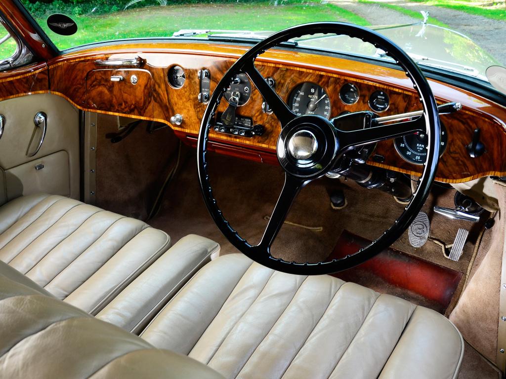 Den högst opulenta interiören i Bentley S1 Continental. Tänk att sluka mil i denna miljö!