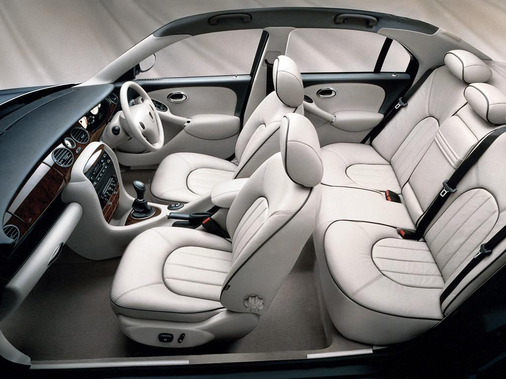 Den snygga, välsydda interiören i Rover 75. Notera den eleganta pipingen. En plats att mysa på!